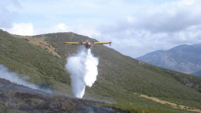Un avión realiza una descarga durante las tareas de extinción.