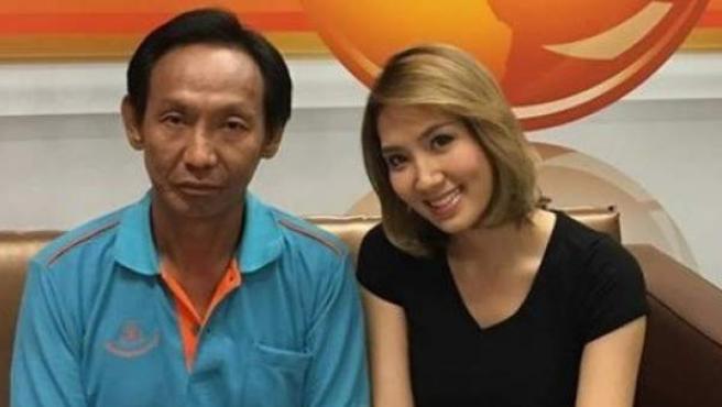 La pareja del empresario que perdió la cartera llena de dinero junto al sintecho que la devolvió. Se lo han agradecido con una casa y empleo en la fábrica del empresario en Bangkok.