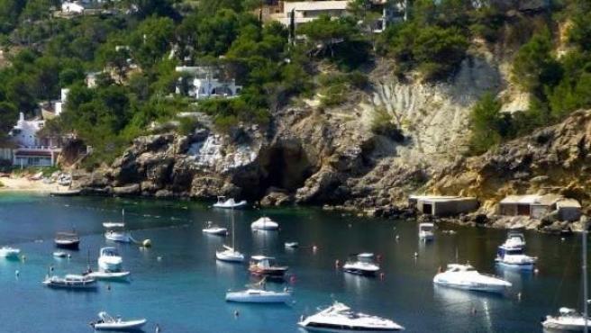 Cala Vedella, Ibiza, donde un británico de 33 años ha sido agredido por un taxista pirata con un bate de béisbol.
