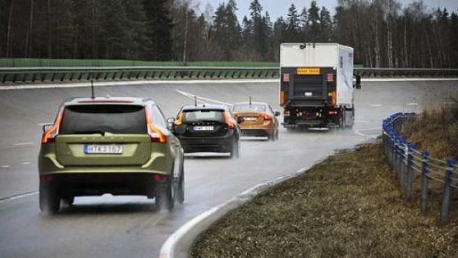 Imagen de varios coches por la autopista.