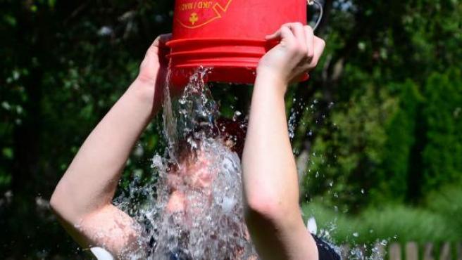 El ice bucket challenge, reto que se viralizó el año pasado gracias a las celebrities que lo hicieron y subieron a sus redes ha conseguido su objetivo solidario. Gracias a los fondos que se recaudaron con él los científicos han dado con el gen que provoca la ELA.