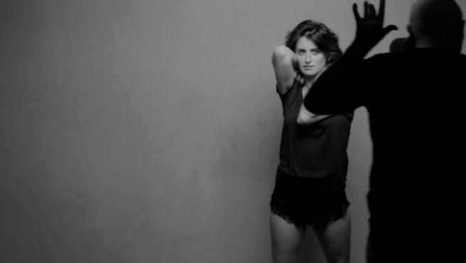 Penélope Cruz posa para Peter Lindbergh, en una captura del vídeo de la sesión de fotos de la actriz.