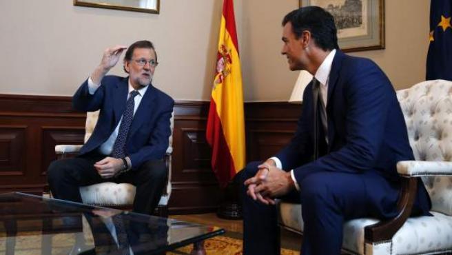 El presidente del PP y del Gobierno en funciones, Mariano Rajoy, y el secretario general del PSOE, Pedro Sánchez, reunidos en el Congreso.