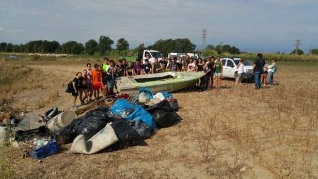 Una veintena de jóvenes participa en la limpieza de els Aiguamolls de l'Empordà