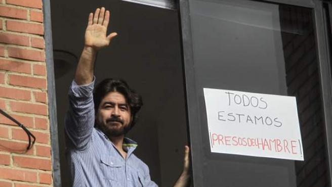 El dirigente del partido político Voluntad Popular, Daniel Ceballos, saludando desde una ventana de la residencia el 7 de julio de 2016.