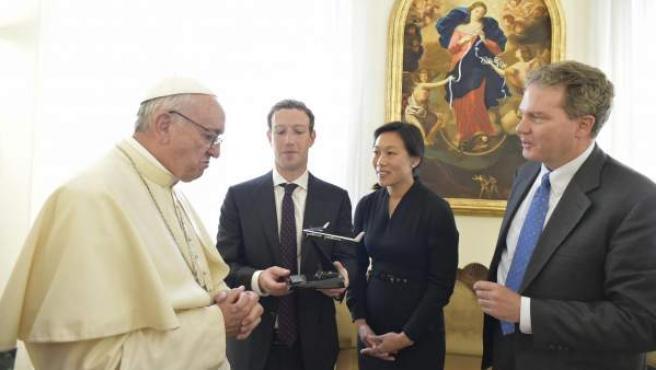 El papa Francisco durante su reunión con el fundador de la red social Facebook, Mark Zuckerberg, en el Vaticano.
