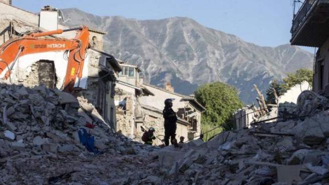 Rescatistas buscan víctimas entre los escombros en el golpeado céntrico pueblo de Amatrice (Italia).