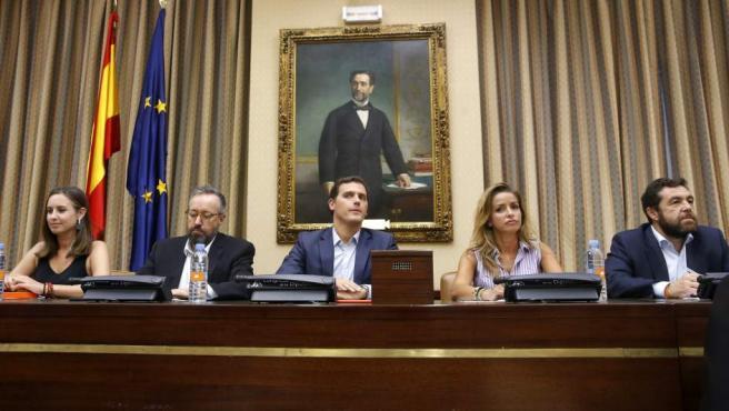Albert Rivera (c) preside la reunión del grupo parlamentario de Ciudadanos para preparar el debate de investidura, junto al portavoz parlamentario, Juan Carlos Girauta (2i), y los diputados Patricia Reyes (2d), miembro de la Mesa del Congreso; Miguel Angel Gutiérrez (1d) y Melisa Rodríguez (1i).