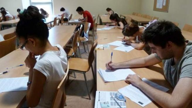 Alumnos universitarios realizando una prueba académica.