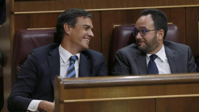 El secretario general del PSOE, Pedro Sánchez, y el portavoz parlamentario, Antonio Hernando, durante el discurso de investidura de Mariano Rajoy.