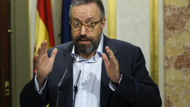 El portavoz de Ciudadanos en el Congreso, Juan Carlos Girauta en su comparecencia ante los medios de comunicación para valorar el discurso de investidura del presidente del Gobierno en funciones, Mariano Rajoy.