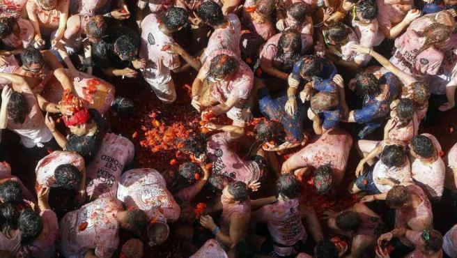 Vecinos y visitantes celebran en Buñol (Valencia) su tradicional Tomatina.