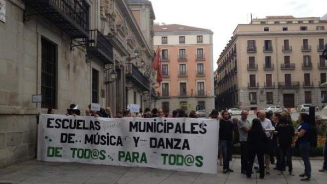 Padres y profesores protestan ante el edificio municipal de la Plaza de la Villa en contra de la subida del precio de las escuelas de música.
