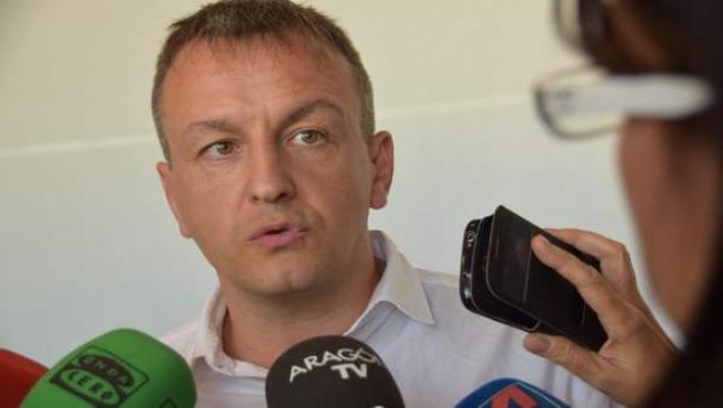 Fernando Rivarés, esta mañana, atendiendo a los medios.