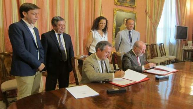 Firma del convenio entre Espadas y Villalobos