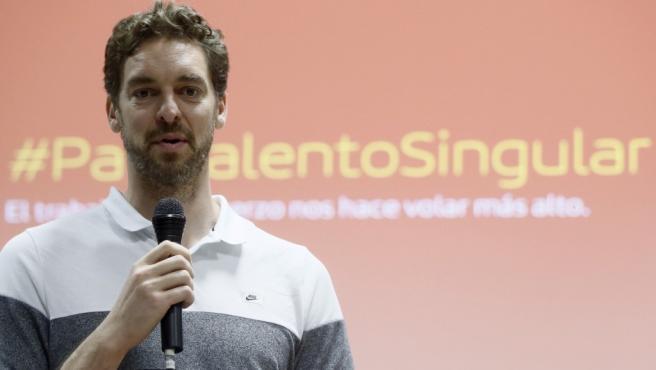 El jugador de baloncesto y embajador de la marca Iberia, Pau Gasol, durante su intervención en la rueda de prensa ofrecida tras un acto promocional.