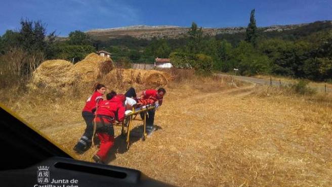 Los miembros de Protección Civil auxilian a la montañera herida.