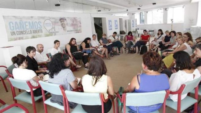 Luís Villares y colectivos feministas en una reunión con candidatas de En Marea