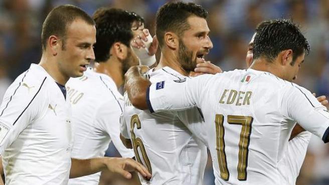 Los jugadores de la selección de Italia celebran el gol de Candreva ante Israel.