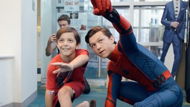 Tom Holland visita un hospital de niños vestido de Spider-Man