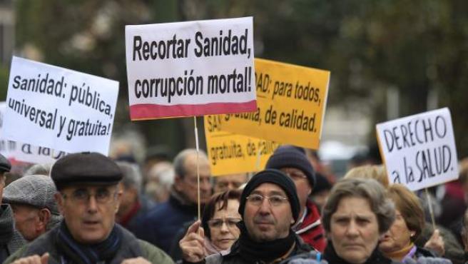 Varios cientos de personas secundan en Madrid una nueva 'Marea Blanca'.