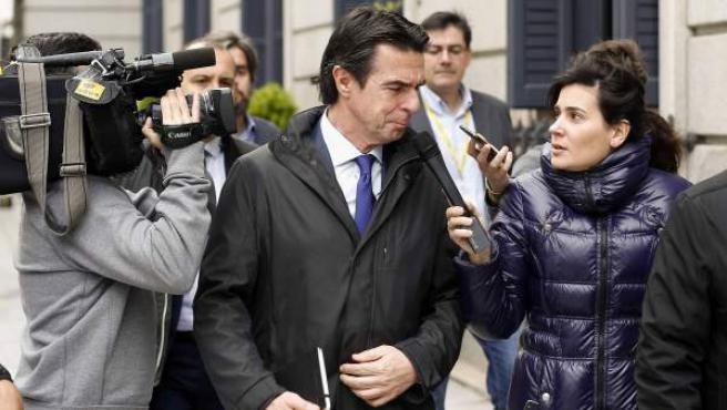 El ministro de Industria, Energía y Turismo, José Manuel Soria, preguntado por los medios a su salida del Congreso.