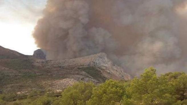 La fuerte humareda provocada por las llamas en la sierra de Bèrnia en Xaló