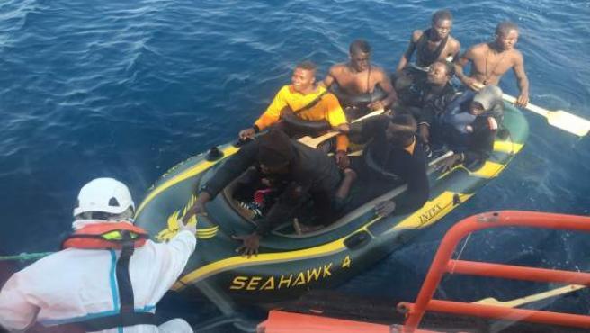 Salvamento Marítimo rescatando a tripulantes de una patera en el Estrecho