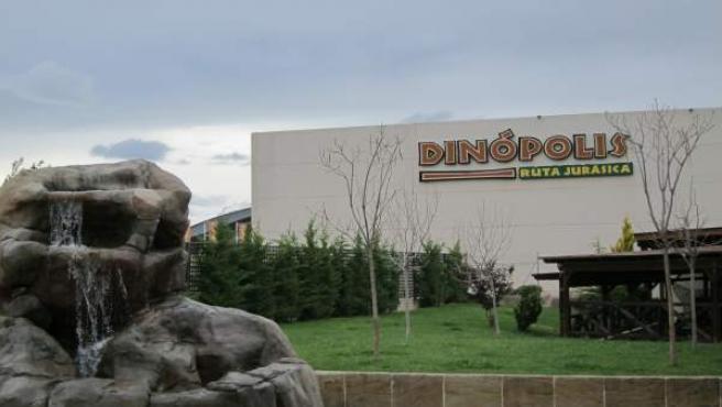Dinópolis.