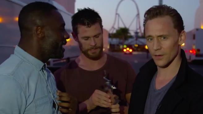 Vídeo: Idris Elba y Chris Hemsworth le chafan un discurso a Tom Hiddleston