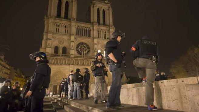 Policía armada frente a la catedral de Notre-Dame.
