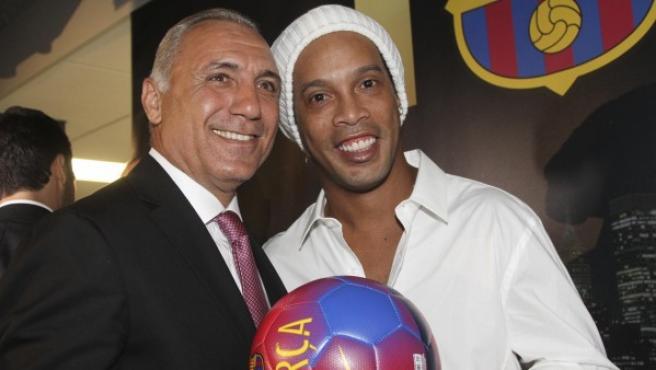 Ronaldinho Gaúcho (d) y Hristo Stoichkov (i) posan durante la inauguración de la nueva oficina del FC Barcelona en NY.
