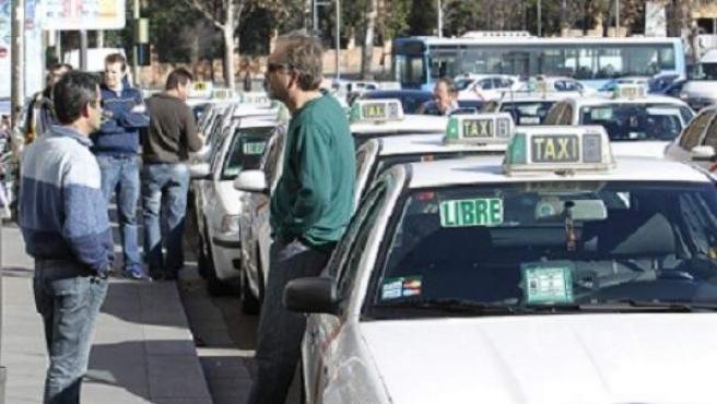 Una fila de taxis en Madrid.
