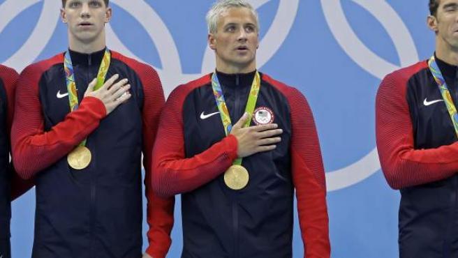 El nadador estadounidense Ryan Lochte, tras una ceremonia de recogida de medallas.