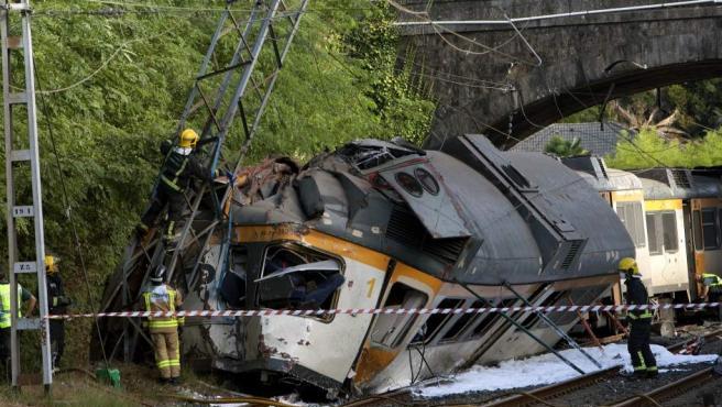 """Estado en el que ha quedo el tren que ha descarrilado cerca de la estación de tren de O Porriño (Pontevedra). En el accidente han muerto al menos cuatro personas y hay """"un numero elevado"""" de heridos."""