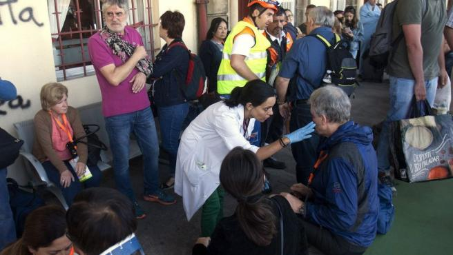 Varios de los heridos en el accidente ferroviario, ocurrido este viernes en O Porriño al descarrilar un tren, son atendidos en la estación de esta localidad pontevedresa.
