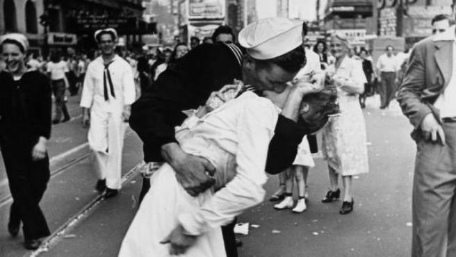Alfred Eisenstadt (1898-1995) tomó en 1945 esta fotografía de un marino estadounidense besando efusivamente a una enfermera en Times Square para celebrar el fin de la Segunda Guerra Mundial.