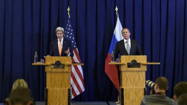 El secretario de Estado, John Kerry, y su homólogo ruso, Sergei Lavrov, en el anuncio del acuerdo.
