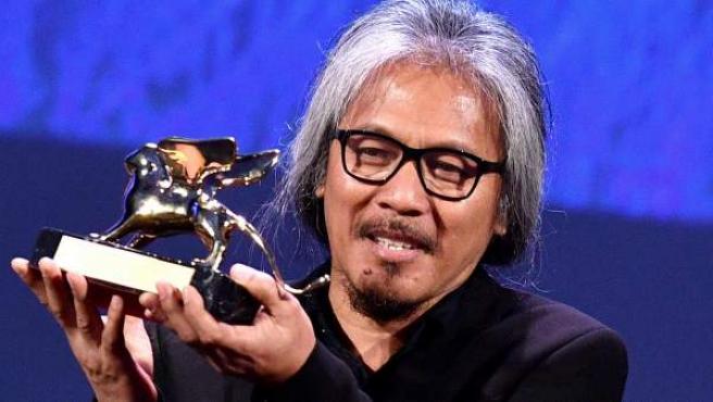 El director filipino Lav Diaz recoge el León de Oro en Venecia por su película 'The woman who left'.