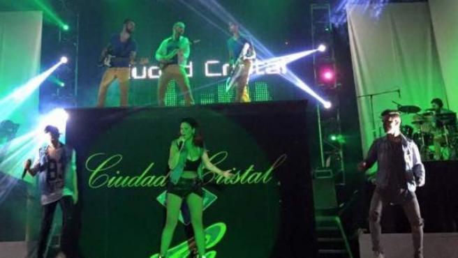 La orquesta Ciudad Cristal, cuya cantante fue tirada del escenario por una mujer, en una actuación en una verbena gallega este verano.