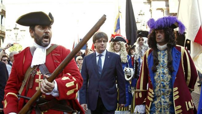 El presidente de la Generalitat, Carles Puigdemont (c), recibe a una representación de los Miquelets de Cataluña y de la Associació de Recreació Històrica La Coronela en el Palau de la Generalitat, dentro de los actos conmemorativos de la Diada nacional de Cataluña.