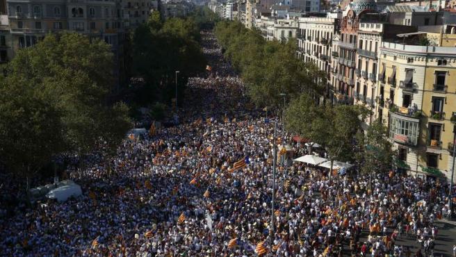 Miles de asistentes a la concentración convocada por diversas entidades con motivo de la celebración de la Diada. La Guardia Urbana ha cifrado en 540.000 los manifestantes en la movilización de Barcelona.