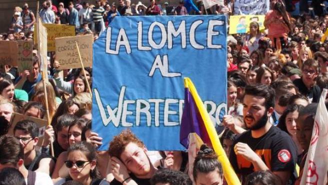 """Cartel con la consigna: """"La LOMCE al Wertedero""""."""