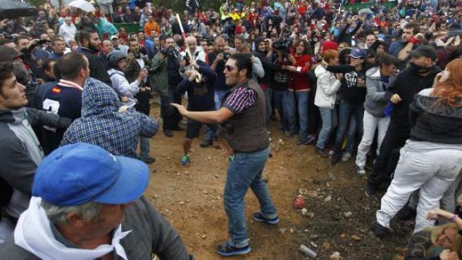 Simpatizantes y detractores de la fiesta del Toro de la Vega se enfrentan a garrotazos en las calles de Tordesillas (Valladolid).