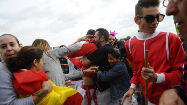 Enfrentamientos entre partidarios y detractores, antes del inicio del Toro de la Peña 2016, en Tordesillas (Valladolid).