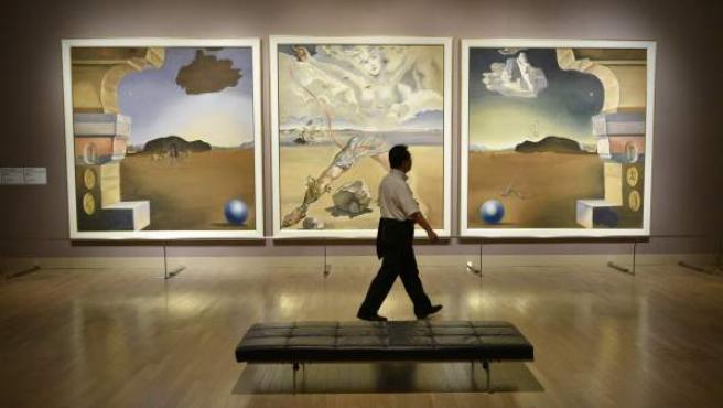 Un hombre pasa delante de una de las obras del artista Salvador Dalí durante la presentación gráfica de la exposición 'Dalí' en el Centro Nacional de Arte de Tokio, Japon.