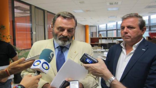 Juan Lillo (i), junto a Juan Eugenio Ortega, atiende a los periodistas.