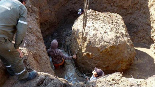 Varios trabajadores mueven el segundo meteorito más grande del mundo (con un peso de 30 toneladas), que fue descubierto y extraído en la zona de Charata, en la provincia de Chaco (Argentina).