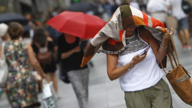 La bajada de temperaturas y la lluvia han pillado desprevenidos a los madrileños.