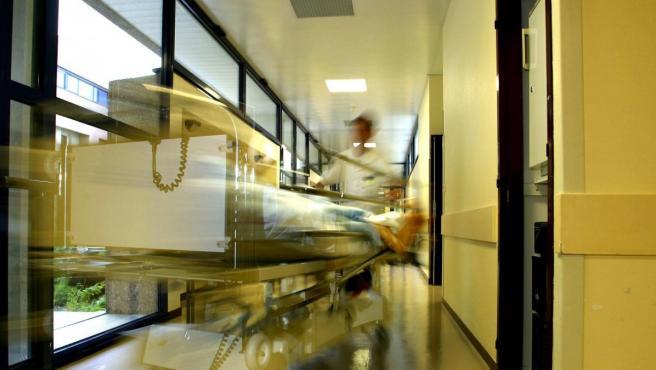 Una camilla llevada por personal de enfermería.